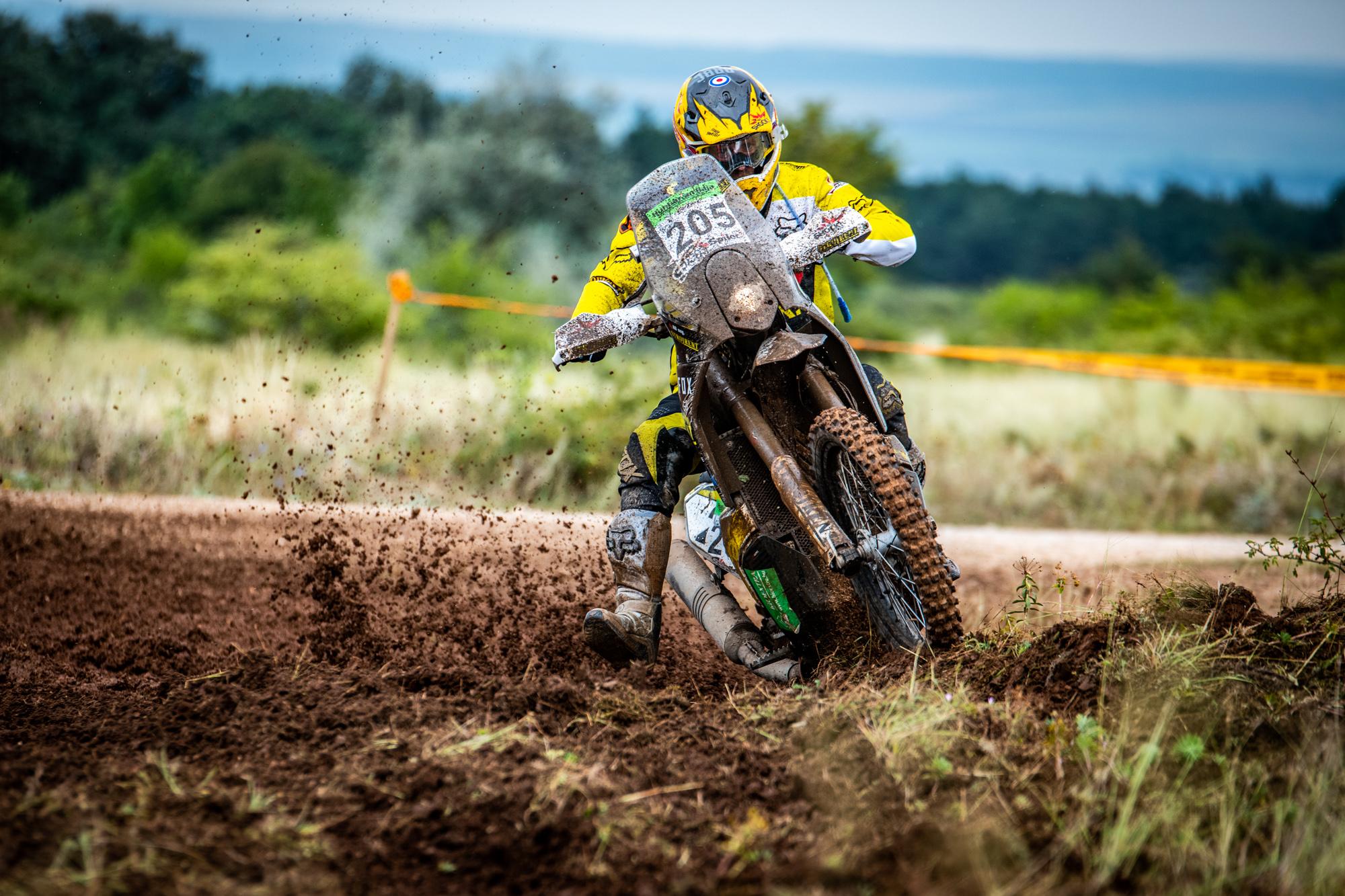 Skvělé! Jan Brabec vybojoval třetí místo v blátivé HunGarian Baja