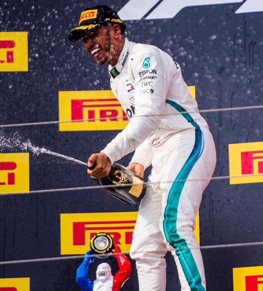 Deštivou Velkou cenu Maďarska ovládl Hamilton a navýšil náskok před Vettelem. Šéf Red Bullu se zlobí.