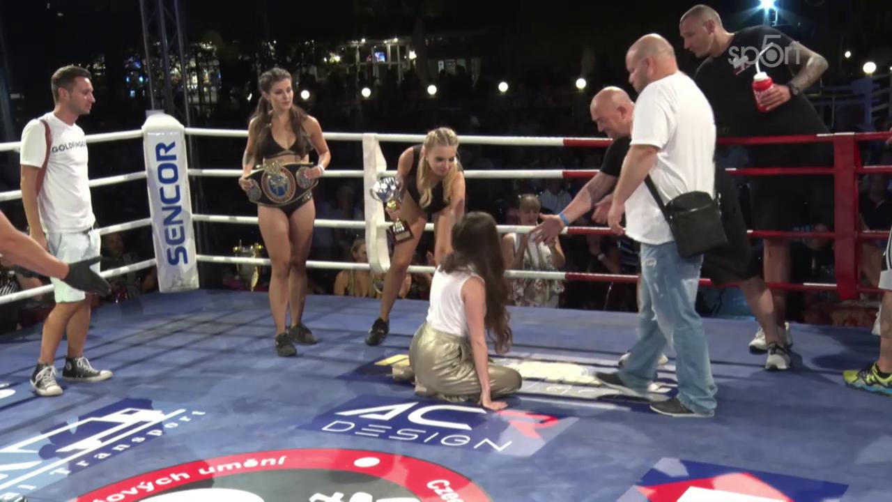 Video: Miss na kolenou! Ukrajinská modelka se nechtěně poklonila šampionovi!